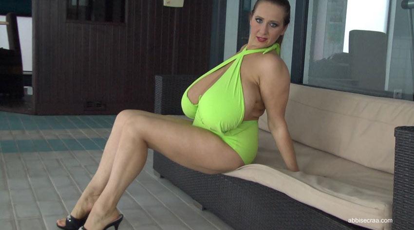 New video Green Swimsuit of Abbi Secraa